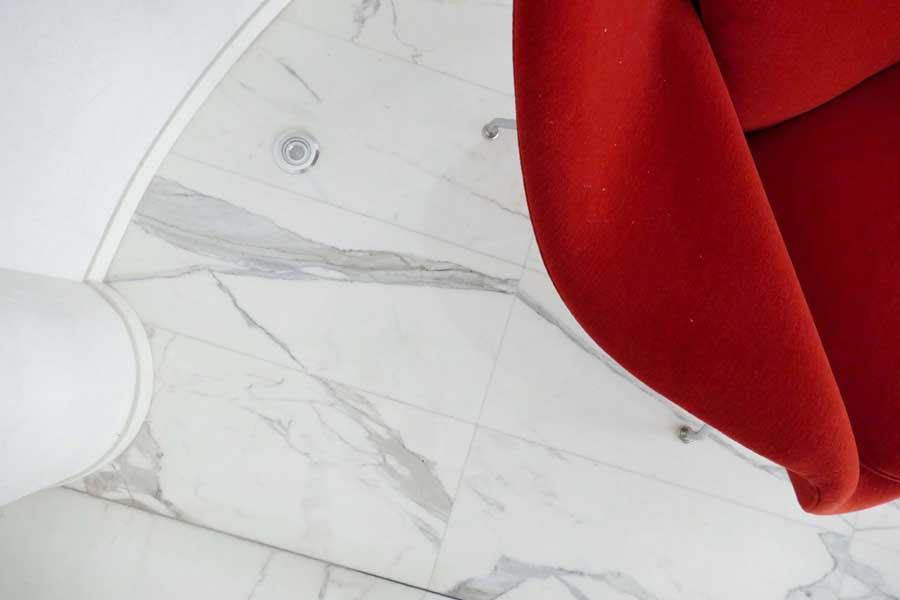 Pavimento in marmo bianco-statuario