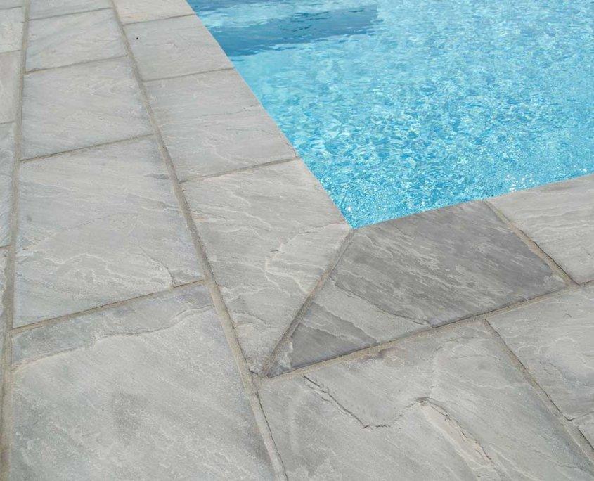 pavimentazione piscina in quarzite Gaja Grey dettaglio angolo - Carpaneto (PC)