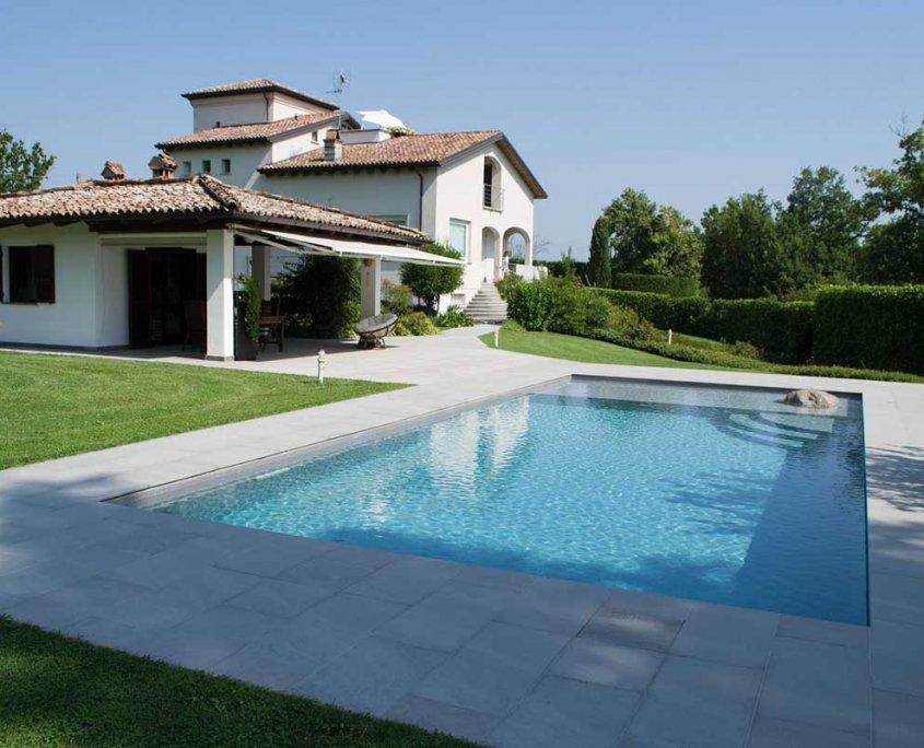Pavimentazione piscina in quarzite Gaja Grey a Vigolo Marchese - Piacenza