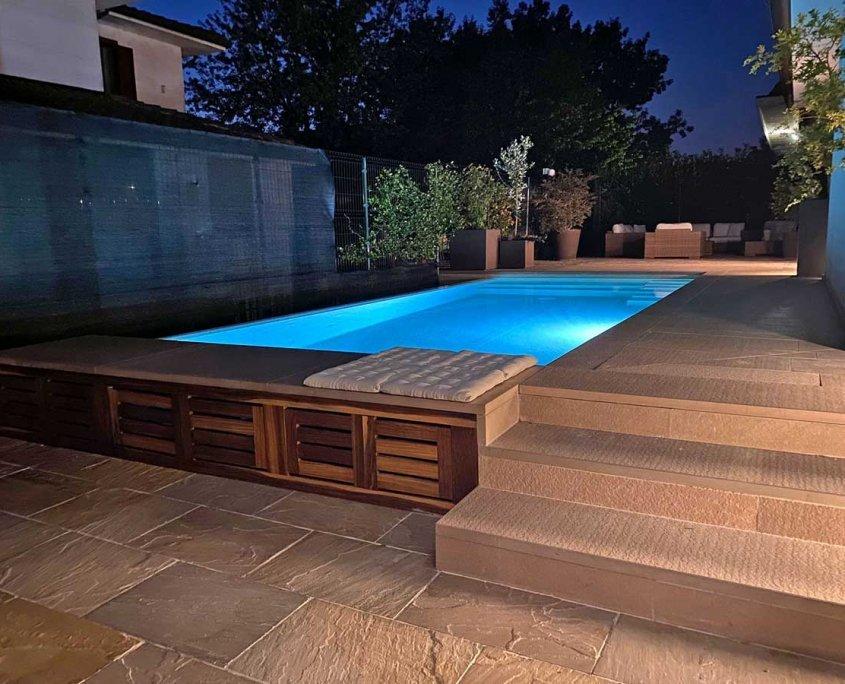 pavimentazione piscina in quarzite Dark - foto notturna