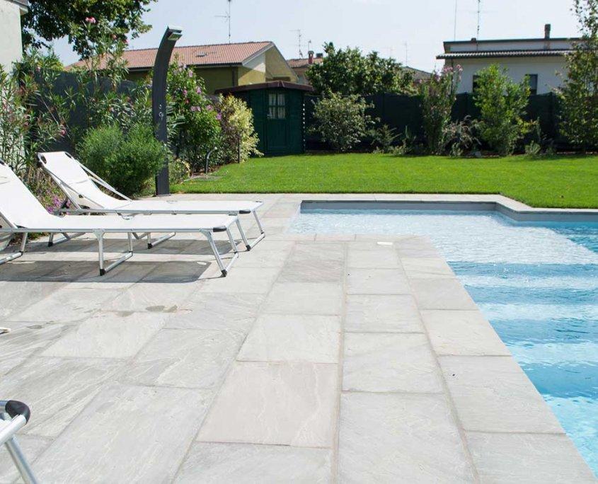 piscina con pavimentazione in quarzite Gaja Grey a Carpaneto - Piacenza