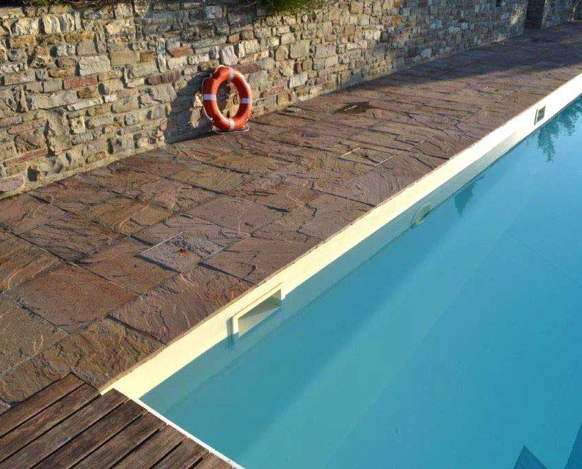 piscina con pavimentazione in quarzite naturale a Gropparello - serale