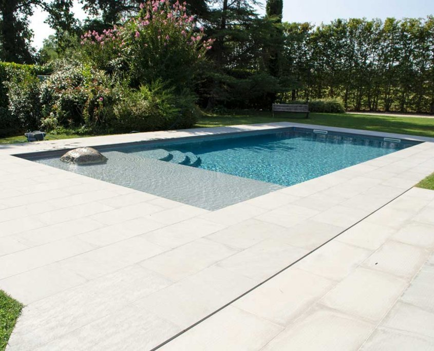pavimentazione naturale per una piscina a Vigolo Marchese - Piacenza